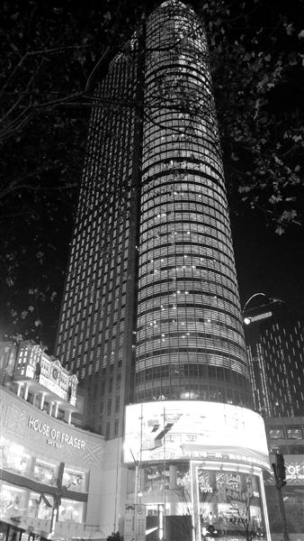 楼宇动态亮化的光线均暗了