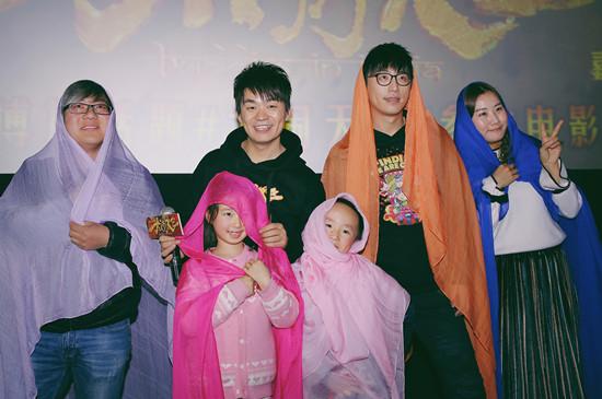 王宝强白客穿沙丽与观众合照