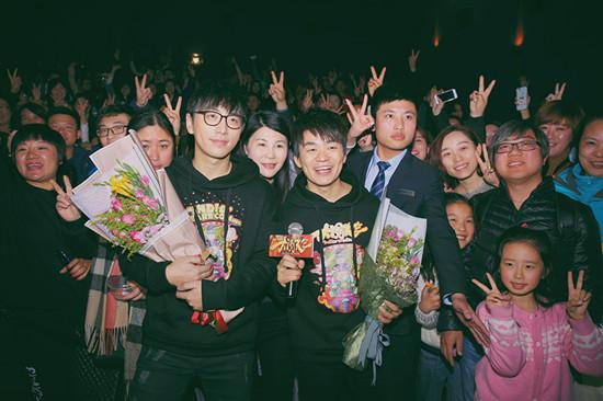 王宝强白客与南京观众合影
