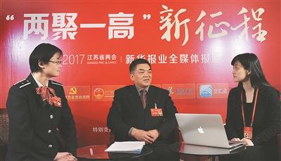 7日,新华报业全媒体记者石小磊(右)采访省人大代表刘广忠(中)、陈炯(左)。 新华报业全媒体记者 吴 俊摄