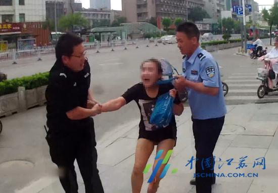 女子大闹银行咬伤民警 一审获刑10个月