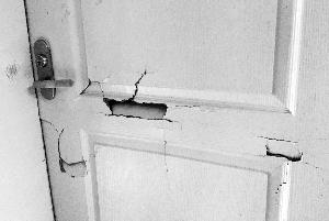 办公室木门被众人踹开,多处开裂凹陷