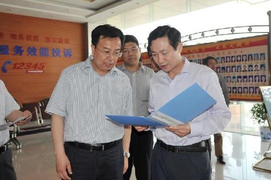 省纪委常委赵长林(右)一行在泗阳县行政服务中心检查指导工作。来源:新华网