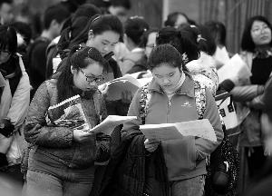 昨天上午,开考之前,考生们还在复习 现代快报/ZAKER南京记者 赵杰 摄