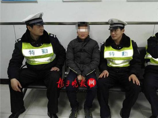 嫌疑人李某被警方控制。