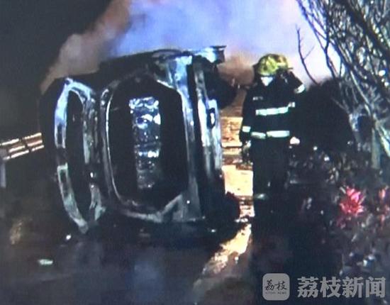 3月19日晚上8点钟左右,南京浦口沿山大道发生一起小车侧翻着火的事故,当时天空下着雨,路面很湿滑,对交通造成诸多不安全隐患。事故现场拉起了几十米的警戒线,多辆消防车到场,消防队员对着火车辆进行灭火抢救,交警也在现场疏导交通! 据现场围观群众透露,该车是辆奔驰SUV。当时应该是从龙山朝江浦方向行驶,因车速过快撞向路边护栏,碎片散落一地。有路人曾试图营救驾驶员,无奈火势太大,只能眼睁睁看着被大火吞噬。着火车辆最后基本被烧成了一具框架,驾驶员也在大火中身亡。事故的具体原因警方还在进一步调查中。