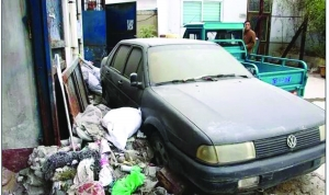 新沂建设工程质量监督站院里,堆放的垃圾及报废的汽车