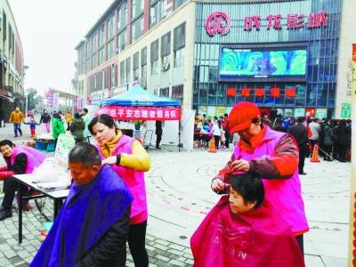 新林社区的志愿者在为老人理发。
