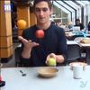 国外网友利用视频剪辑创造魔术幻象