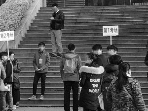 3月26日,镇江的自闭症少年坤坤在南京特殊教育师范学院参加残疾人单独招生考试