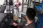女童浑身抽搐 公交司机连闯多个红灯送医抢救