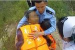 老人生病想不开自杀 民警救人后一直将老人抱在怀中