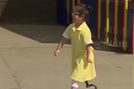 7岁的小女孩第一次装上义肢 看着特别暖
