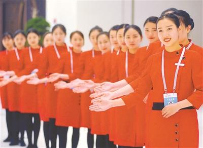图为服务江苏发展大会的礼仪人员整装待发