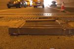 南京一隧道内盖板翘起 致十几辆汽车爆胎