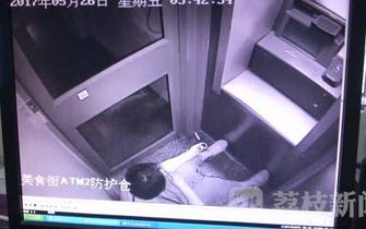 女子在ATM机保护罩内自杀