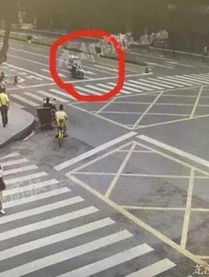 交警飙车闯红灯 急将烫伤女童送医