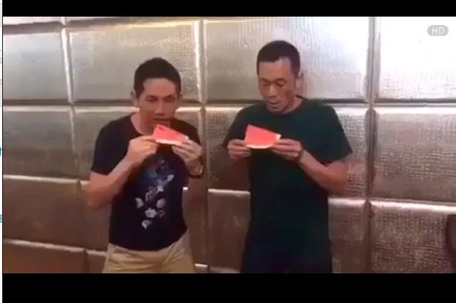 吃西瓜比赛,这大叔好厉害!