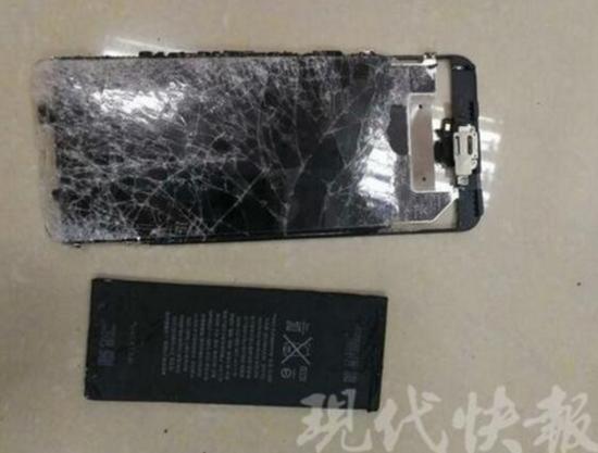 图为被陈某一怒之下摔坏的手机。警方供图