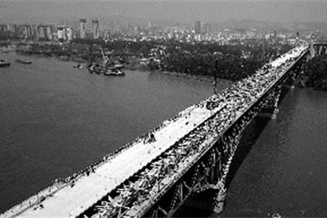 """55℃高温下南京长江大桥""""换脸""""引桥主体今年完工"""