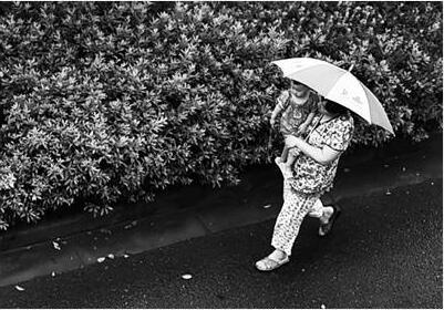 """昨日下午,扬州迎来一场""""退烧雨"""",让饱受高温""""烤""""验的市民,终于盼来了久违的清凉天。 庄文斌 摄 视觉澳门永利赌场网供图"""
