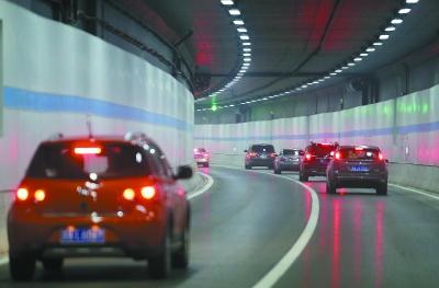 图为车辆行驶在扬子江隧道。 本报记者 徐琦摄