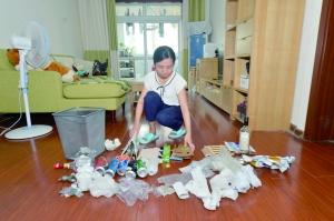 何源日常会将生活中的塑料瓶、废纸盒等收集起来,放进回收物桶内