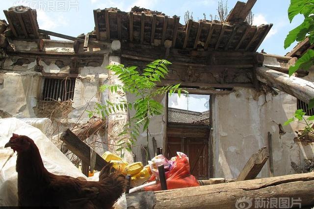 陕西文保寺庙坍塌数年 居民废墟上养鸡