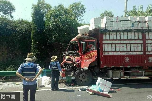 货车相撞 200箱蜜蜂倾巢而出见人就蛰