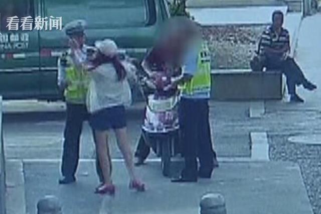 女子违章被罚不服 用百元大钞狂扇民警耳光
