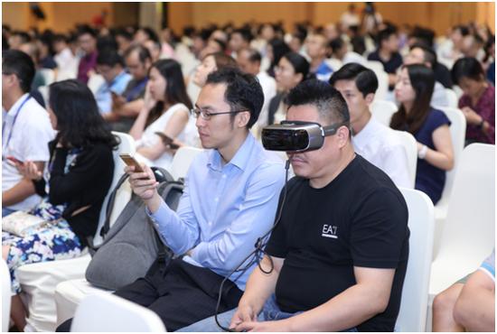 观众现在会议现场体验AR技术