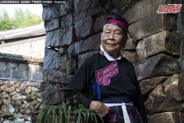 87岁畲族老太兼职摄影模特赚生活费贴补家用