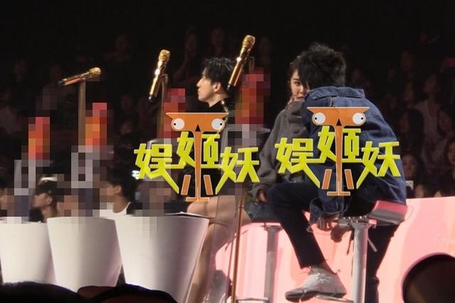组图:薛之谦风波后现身录影显尴尬 全程独坐遭冷落