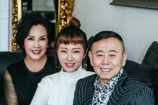 组图:潘长江全家福曝光 娇妻贵气逼人女儿貌美如花