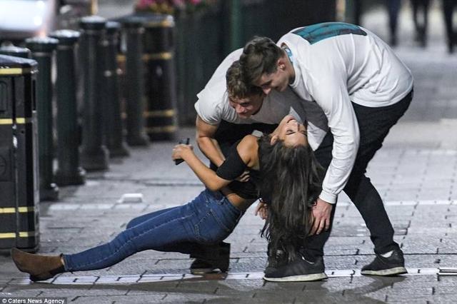 英国大学新生开学夜 醉鬼满街