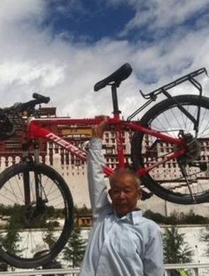65岁老人独自骑行33天进藏