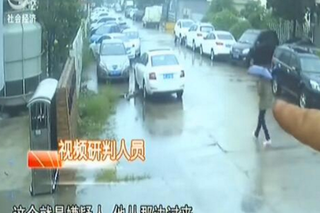 男子偷车卡在水泥路边缘 坐等民警来救援