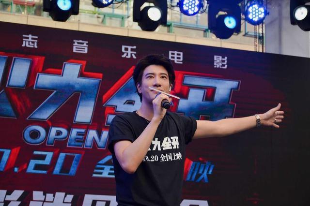 《火力全开》王力宏南京送歌迷签名吉他