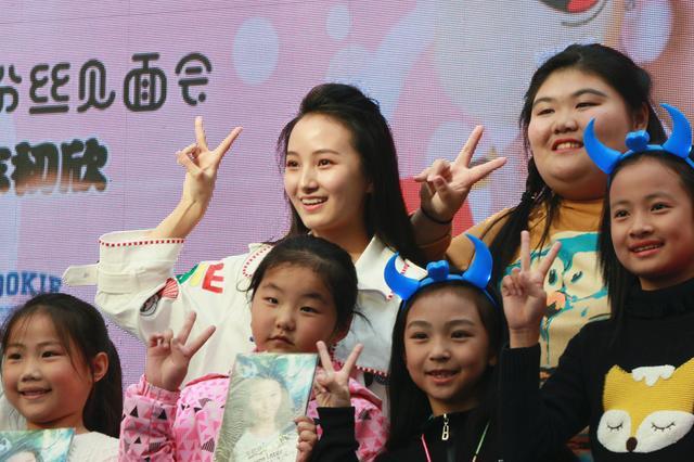 童星牛欣欣出道十周年南京见面会现场火爆
