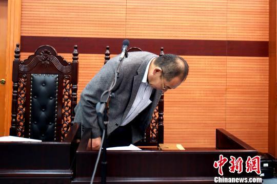 图为被告企业代表当庭鞠躬致歉。 潘玉明 摄