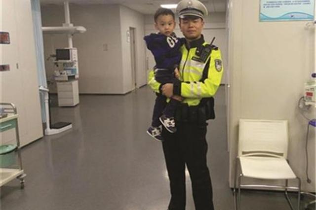 交警开道送病重患儿就医 意外遇到妻子带儿子看病