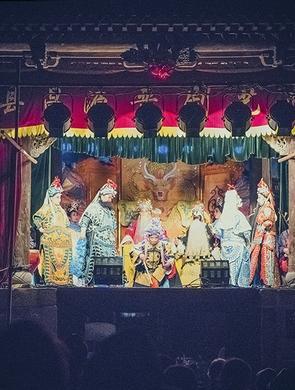 纪实:夜色下的过街古戏台