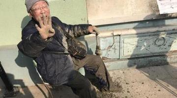 大街施工不围挡 86岁老人摔成泥人