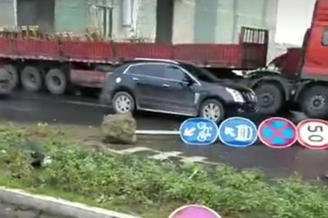 苏州吴中一私家车冲入慢车道 致2人死亡1人受伤