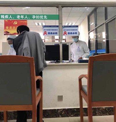 """云南丽江,丽江市人民医院在血液检查处张贴""""逢血必检""""告示。"""