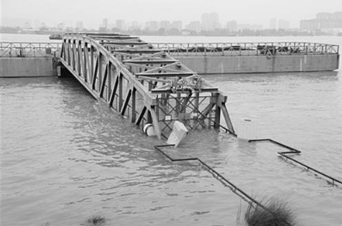 """7月18日,长江南京段,""""揽江台""""部分连接道被江水淹没。刘建华 摄"""