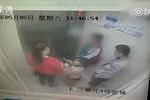 电梯内骚扰女学生未果 男子做猥亵动作