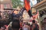 迪士尼乐园魔龙着火 游客淡定观看还以为是表演