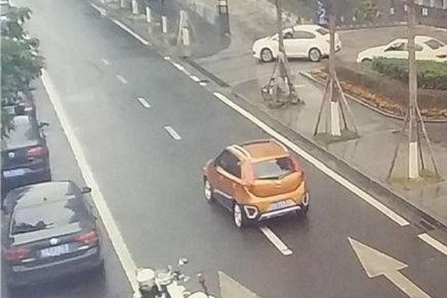 司机途中内急违停路边 不料男子骑车撞上引发事故