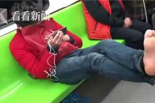 男子在地铁上当众脱鞋 光脚架栏杆袜子晒吊环